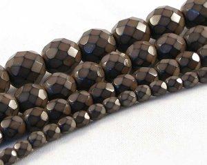Bruna fasetterade pärlor i snakecoating, 4 mm. Ca 16 cm sträng.