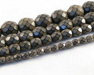 Mullvadsbruna fasetterade pärlor i snakecoating, 6 mm. Ca 16 cm sträng.