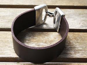 Burgundyfärgat brett 30 mm läder, 18 cm längd.