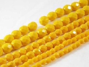 Fasetter i en läcker opak gul färg, 4 mm. Ca 12 cm sträng.