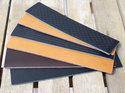 Brunt/naturfärgat brett 40 mm läder med utskurna stripes, 16,5 cm längd.