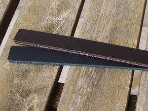 Burgundyfärgat brett 13 mm brett läder, 16,5 cm längd.