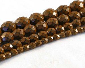 Terracottabruna fasetterade pärlor i snakecoating, 10 mm. Ca 16 cm sträng.