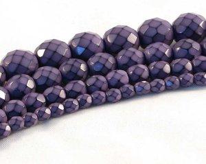 Lila fasetterade pärlor i snakecoating, 8 mm. Ca 16 cm sträng.