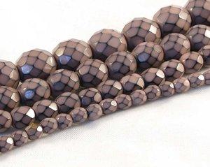 Gammelrosa fasetterade pärlor i snakecoating, 6 mm. Ca 16 cm sträng.