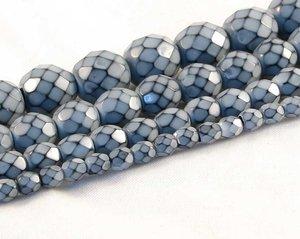 Ljusgrå fasetterade pärlor i snakecoating, 6 mm. Ca 16 cm sträng.