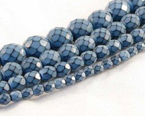 Ljusblå fasetterade pärlor i snakecoating, 10 mm. Ca 16 cm sträng.