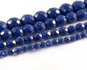 Blåa fasetterade pärlor i snakecoating, 10 mm. Ca 16 cm sträng.