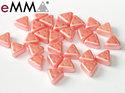 eMMA®, trekantig pärla med tre hål i färgen Pastel Light Coral, 25007. 5 gram