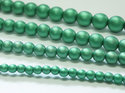 Rund druk tjeckisk pärla, Alabaster Metallic Mat Emerald, 29455. 8 mm. En längre sträng, 16 cm.