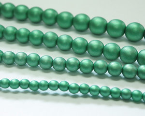 Rund druk tjeckisk pärla, Alabaster Metallic Mat Emerald, 29455. 4 mm. En längre sträng, 16 cm.