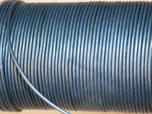 Indiskt läder i metallic ljusblå, 2 mm. Per meter.