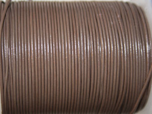 Brungrått indiskt läder, 1 mm. Per meter.