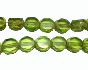Grön fasetterad pärla med platta sidor, 8*7 mm. En 12 cm sträng.