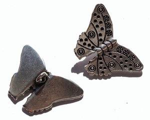 Fjäril i grekisk kvalitetsmetall pläterat med 999 silver. 28*17 mm.