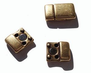 Magnetiskt lås i grekisk kvalitetsmetall i antikguld. Hålet mäter 10*2,5.