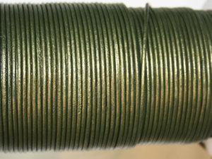 Indiskt olivfärgat metallic läder, 2 mm. Per meter.