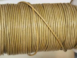 Indiskt guldfärgat metallic läder, 2 mm. Per meter.