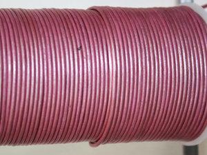 Gammelrosa metallic läder, 2 mm. Per meter.