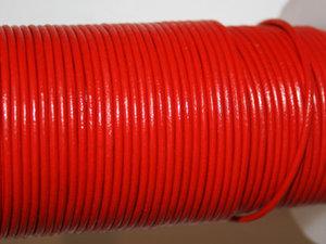 Rött läder, 2 mm. Per meter.