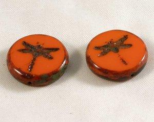 Tjeckisk orange fire polish pärla, platt med trollslände mönster, 18 mm diameter. 2 stycken.