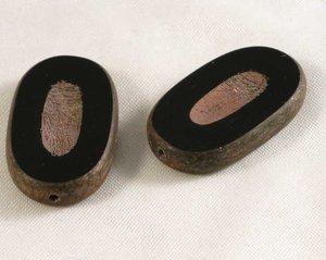 Oval tjeckisk fire polish pärla i svart med terrakottabrunt, 25*10 mm. 2 stycken.