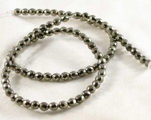 Fasetterade pyriter, 4 mm. En sträng ca 38 cm.