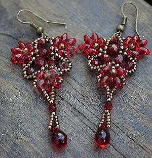 Mönster på örhängena Pomegranate av Olga. (skickas per e-post)