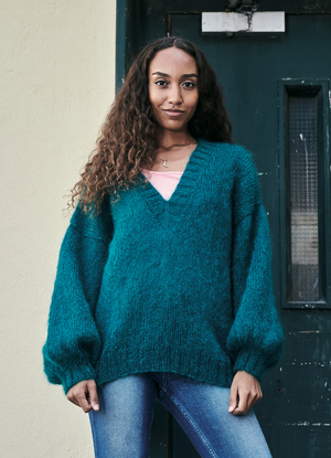 Oversized sweater med djup V-ringning - Bella