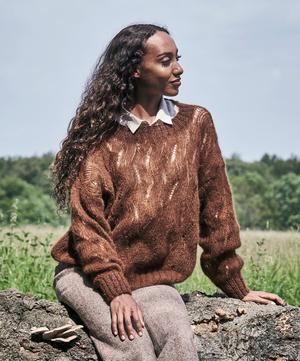 Sweater med våghålsmönster i Angel