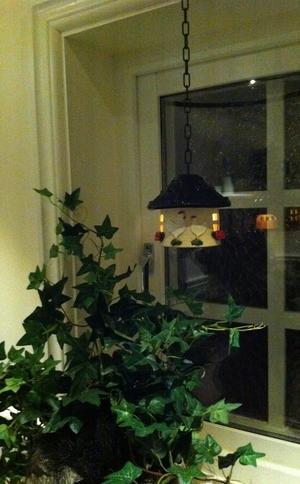 Liten värmeljushydda-Svart tak med hönor