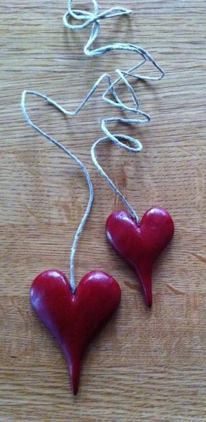 Stora röda hjärtan på långt-snöre