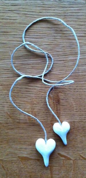 Vita hjärtan på långt-snöre