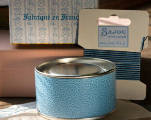 Korsstygnskit med grafiskt mönster i ask från Sajou