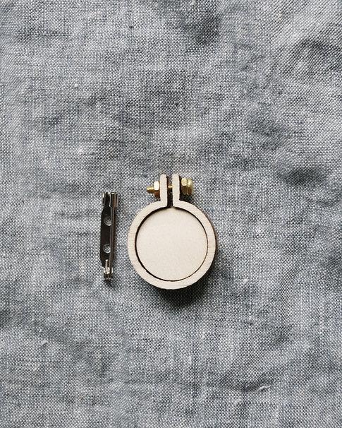 Sybåge i miniformat med brosch 2,5cm från Dandelyne