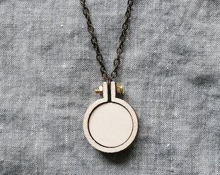 Sybåge i miniformat med halsband 2,5cm från Dandelyne