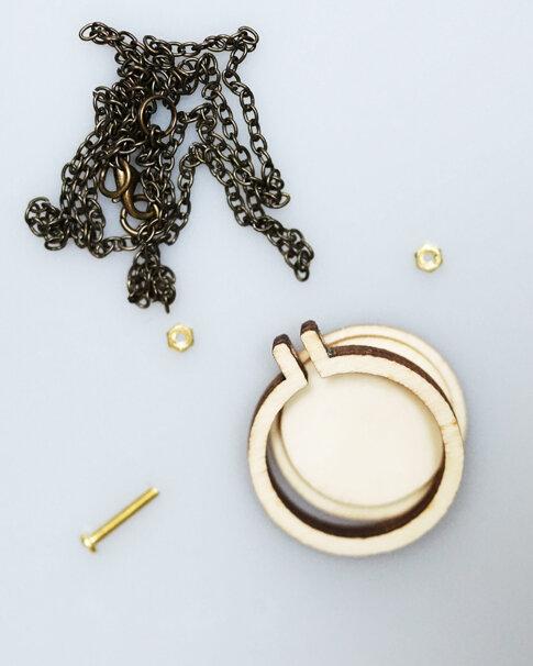 Sybåge i miniformat med halsband 4 cm från Dandelyne
