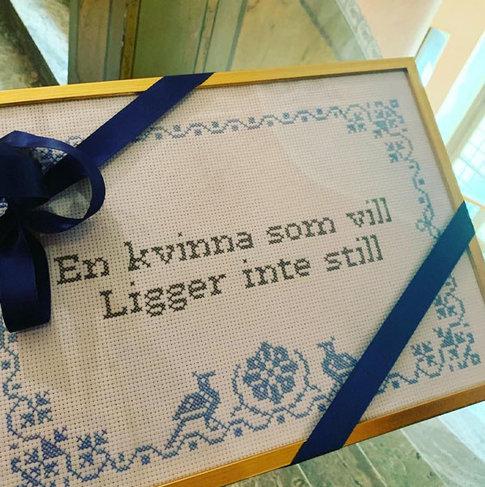 Cross stitch kit - En kvinna som vill ligger inte still - Katarina Wennstam