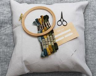 Startkit med  kuddfodral, garn, nål , tillbehör och presentkort