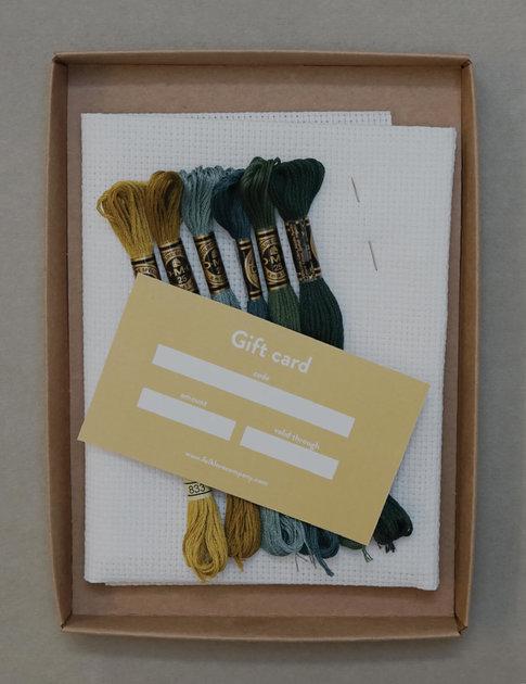 Startkit med garn, väv, nål , tillbehör och presentkort