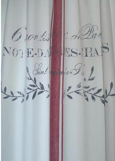 Gardinlängd Notre Dame röd rand shabby chic lantlig stil