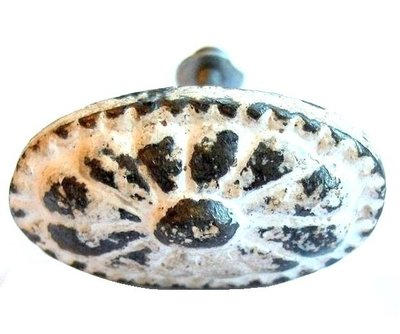 Antikvit oval knopp i järn