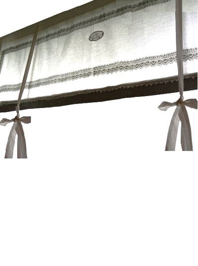 Knythissgardin hissgardin i vitt med spets, text och rand i grått.