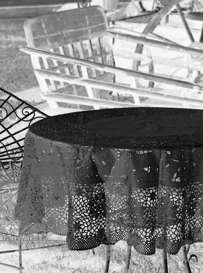 Spetsvaxduk rund svart eller grå shabby chic lantlig stil
