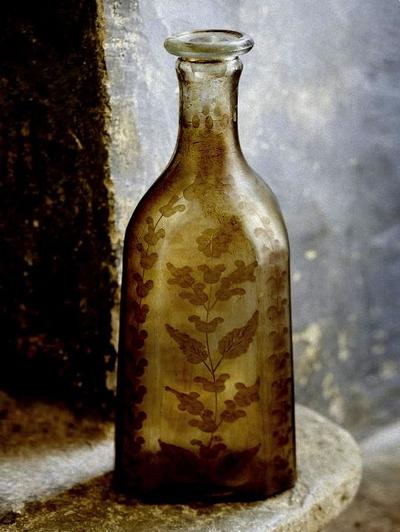Vas hög flaska antikbehandlad etsade blomslingor shabby chic, lantlig stil