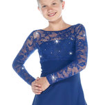 Marinblå klänning med spetsdetaljer från Sagester
