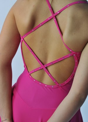 Lycraklänning med kryssband på ryggen och Swarovski från Sagester