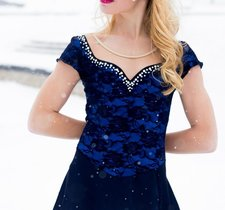 Mörkblå spetsklänning från elitexpression