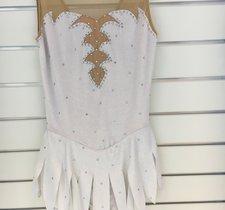 Vit sammetsklänning med flikig kjol
