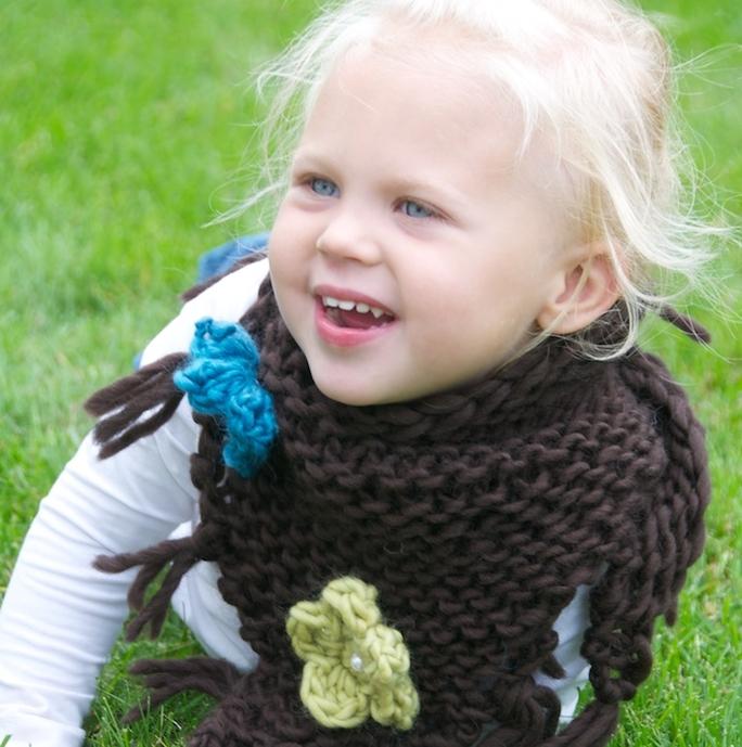 Stickad sjal med blommor